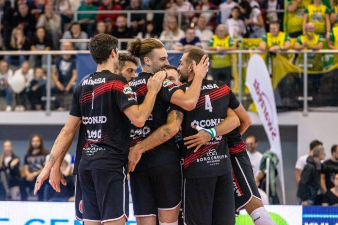 Da 0-2 a 3-2: Perugia batte Aluron nella semifinale del Memorial Gołaś Remuntada avvincente e vincente della Sir Safety Conad Perugia che, dopo un avvio sotto di due set, trova la reazione giusta e sconfigge al tie-break la formazione polacca dell'Aluron CMC Warta Zawiercie nella prima semifinale del 16° Memorial Arkadiusz Gołaś in corso di svolgimento a Poznan. Domani i Block Devils affronteranno nella finale della manifestazione la vincente della seconda semifinale tutta polacca tra il Group Azoty ZAKSA Kedzierzyn-Kozle ed il Projekt Warszawa. Parte dunque con il piede giusto la spedizione bianconera in terra polacca e primo sorriso in un test ufficiale per Nikola Grbic ed i suoi ragazzi. Avvio complicato per i bianconeri che mancano soprattutto in quei fondamentali di squadra giocoforza poco allenati dall'esiguo numero in palestra e le poche sedute tecniche tutti insieme. Con l'avanzare del match però Travica e compagni prendono ritmo e fiducia, cominciano a tessere buone trame di gioco e sfruttano la vena al servizio (9 ace alla fine) ed in attacco (47% complessivo, ma abbondantemente sopra il 50% dal terzo set in poi) dei propri frombolieri di palla alta. 18 punti a testa per Anderson (col 57% di efficacia) e Rychlicki, migliori realizzatori nella metà campo bianconera, ma eccellente è la prova di Solè (eletto Mvp del match) che mette a terra 16 palloni con anche 1 ace e 5 muri vincenti (degli 11 complessivi di squadra). In crescendo anche Plotnytskyi (13 punti con 3 ace ed il turno dai nove metri che nel terzo set capovolge la sfida), buona regia di Travica e solida prova di squadra in ricezione come confermano i numeri finali (62% di positiva). CRONACA Grbic parte con Travica e Rychlicki in diagonale, Solè in coppia con Mengozzi al centro, Anderson e Plotnytskyi in posto quattro e Colaci libero. L'Alurec si dimostra più avanti in quanto a gioco di squadra e scappa subito (10-16). I bianconeri organizzano meglio la fase di primo attacco, ma non riescono a far 